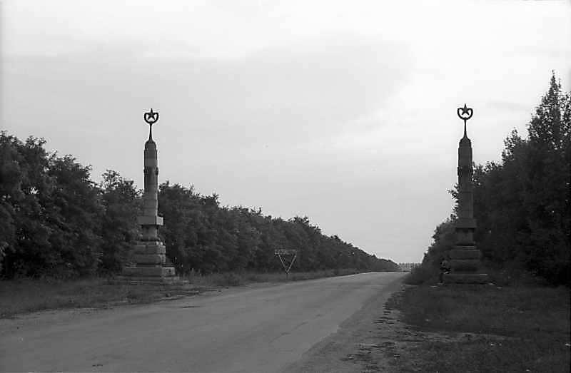 1981 р. Стовпи позначають в'їзд до міста