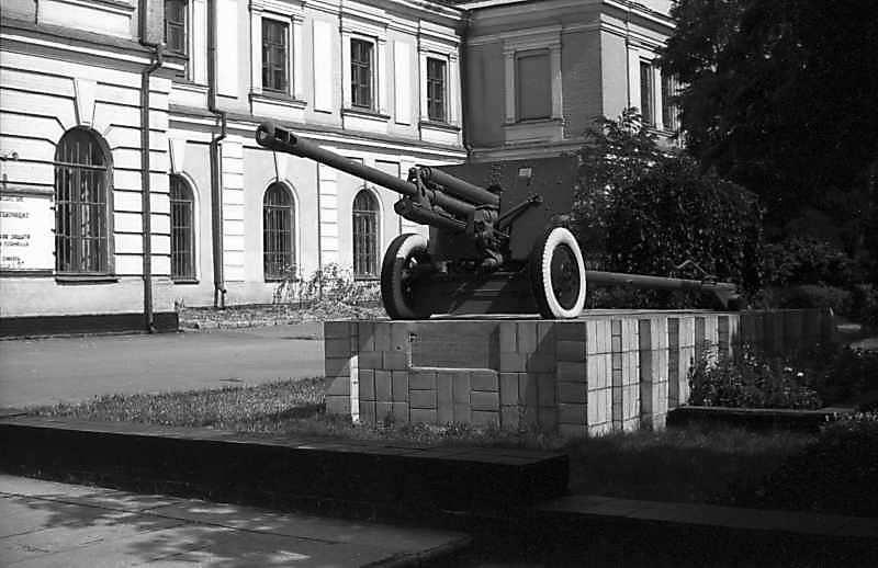 1981 р. Гармата ЗИС-3 біля Будинку…