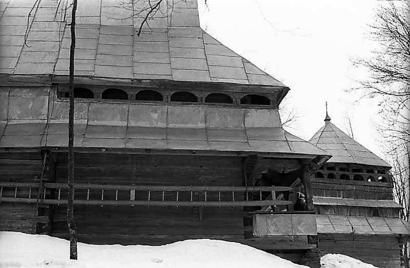 1983 р. Бабинець церкви та дзвіниця.…