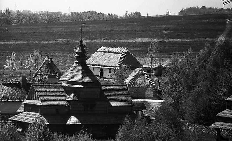 1984 р. Церква і садиба із Яришева, бурдей. Вигляд з північного сходу