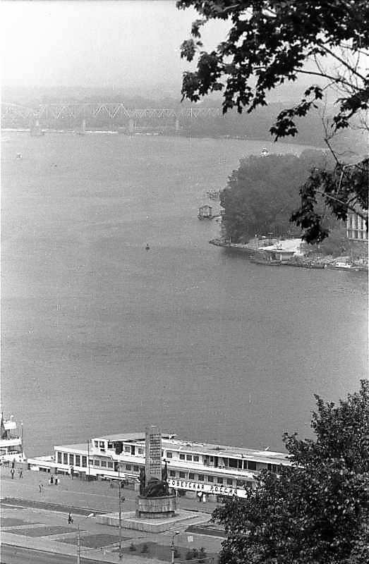 1984 р. Вид на пам'ятник Дніпровській…