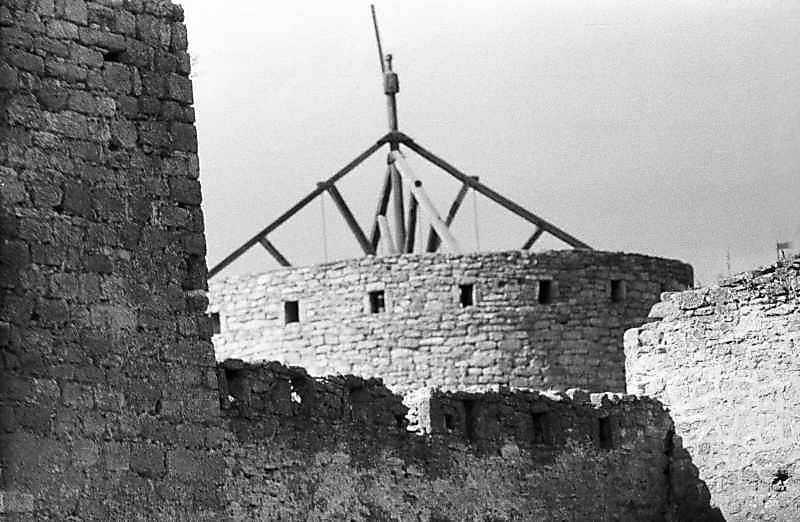 Ділянка східного муру між баштами 32 та 31 на тлі башти 27