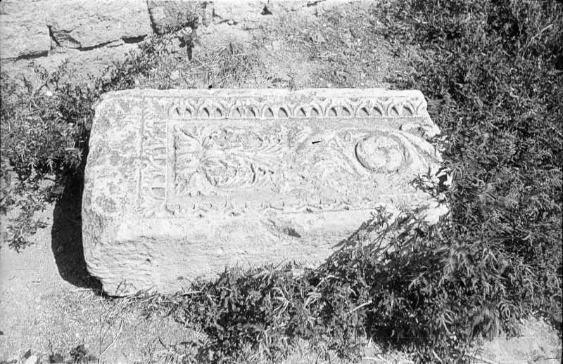 1986 р. Різьблений кам'яний блок у дворі