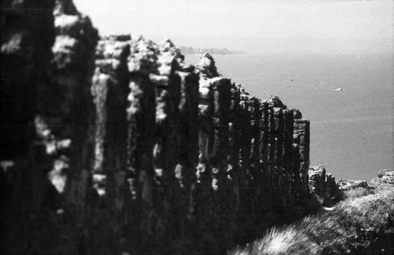 1986 р. Зубці західної ділянки середнього муру на тлі лиману. Вигляд зі сходу