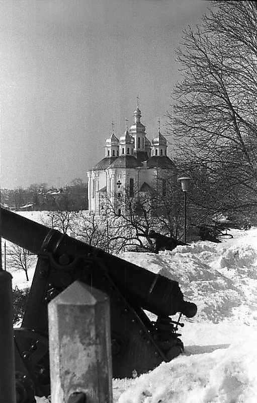 1987 р. Гармати на валу на тлі церкви св.Катерини