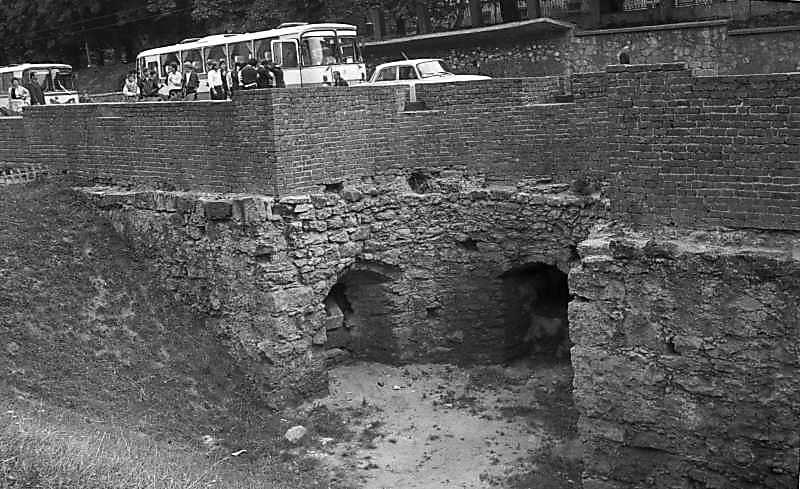 1987 р. Півбашта низького муру на вул.…