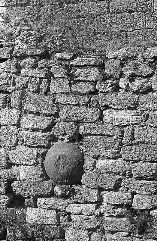 1987 р. Ядро, вмуроване у стіну між баштами 1 і 2