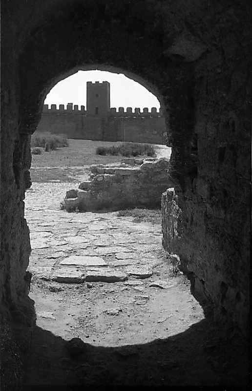 1987 р. Вид на башту 22 крізь браму…