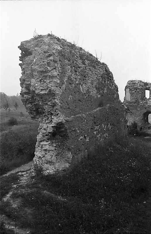 1988 р. Фрагменти чільного муру.…