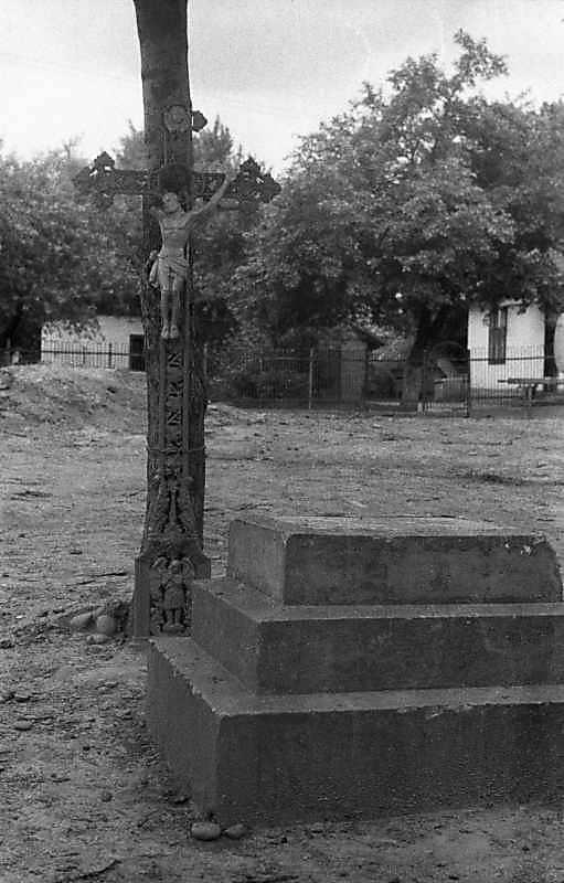 1988 р. Хрест з розп'яттям і постамент…