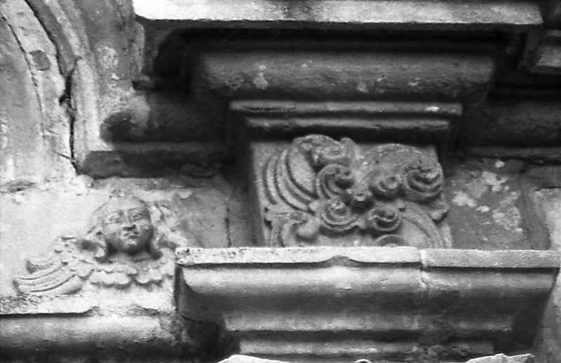 Голова ангела і рельєф