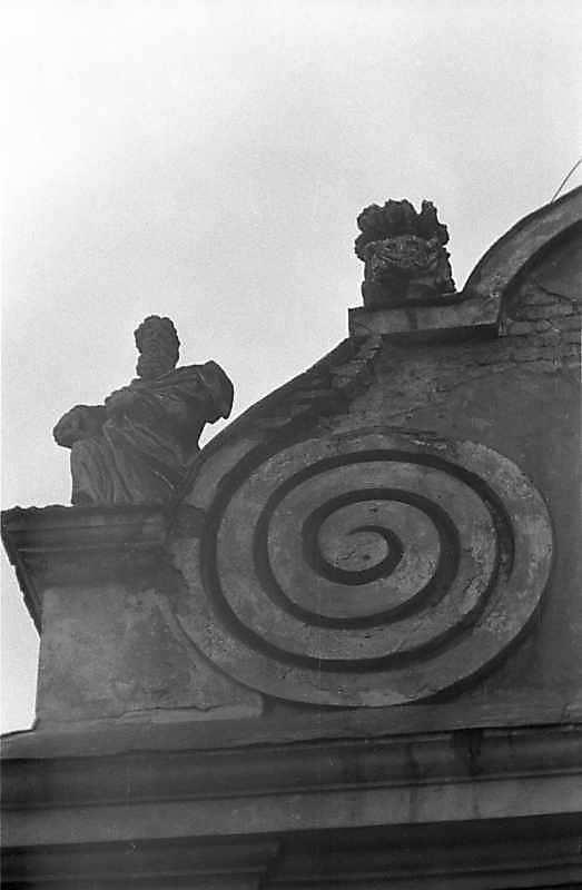 Скульптури лівої частини другого ярусу