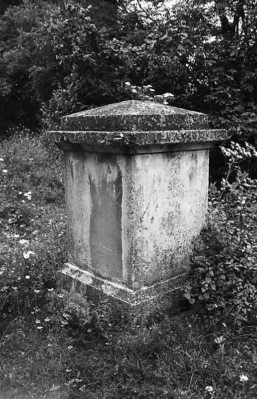 1988 р. Постамент біля костелу