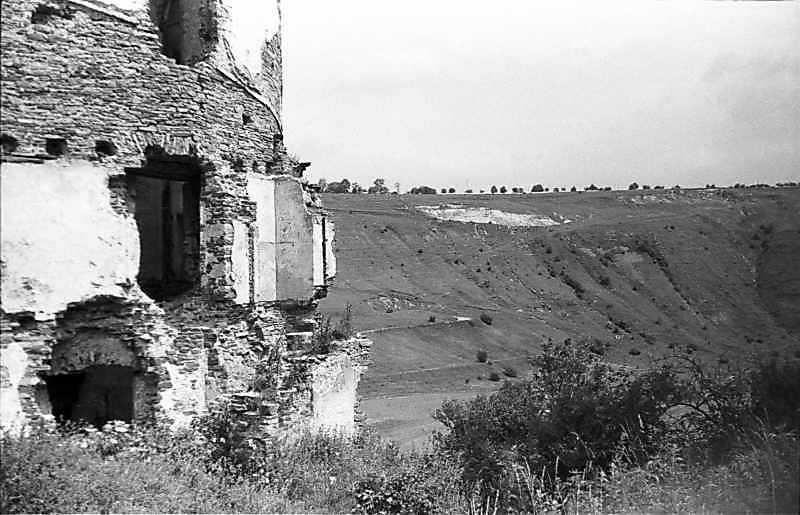 1988 р. Нижня частина північної башти на тлі долини. Вигляд з південного заходу