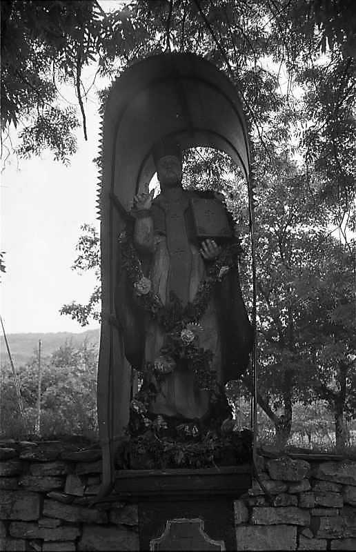 1988 р. Фігура біля церкви…