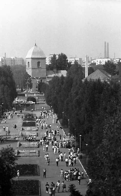 1988 р. Вигляд з південного заходу в перспективі алеї парку