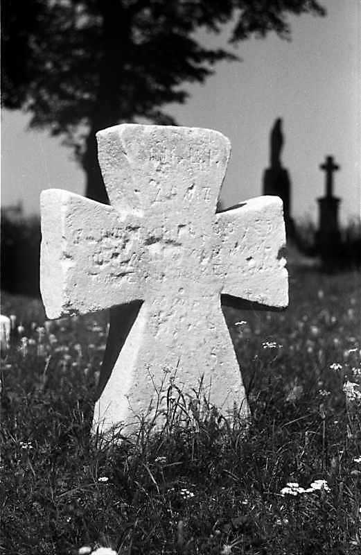 1988 р. Хрест на цвинтарі