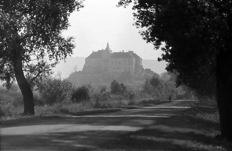 1988 р,. Силуетний вигляд замку з…