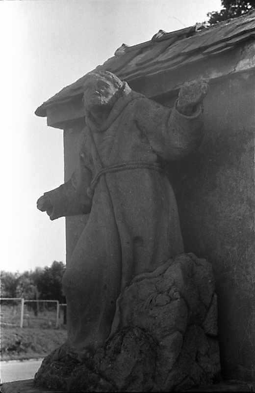 1988 р. Скульптура ченця біля костелу