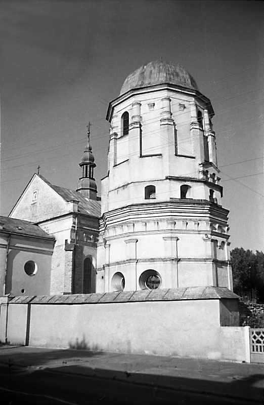 1988 р. Костел і башта. Вигляд з…