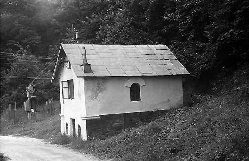 1988 р. Споруда при дорозі до монастиря