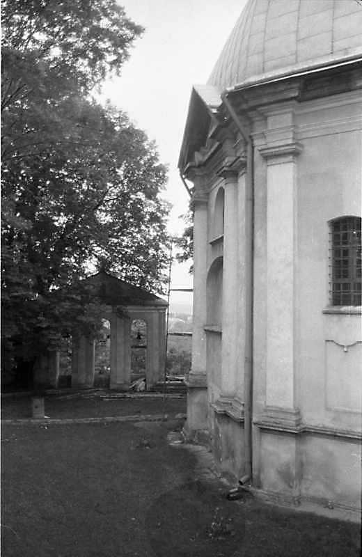 1988 р. Дзвіниця і бічний фасад церкви. Вигляд зі сходу