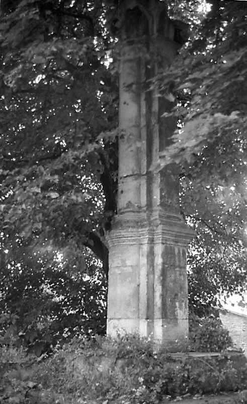1988 р. Колона біля церкви. Нижня частина