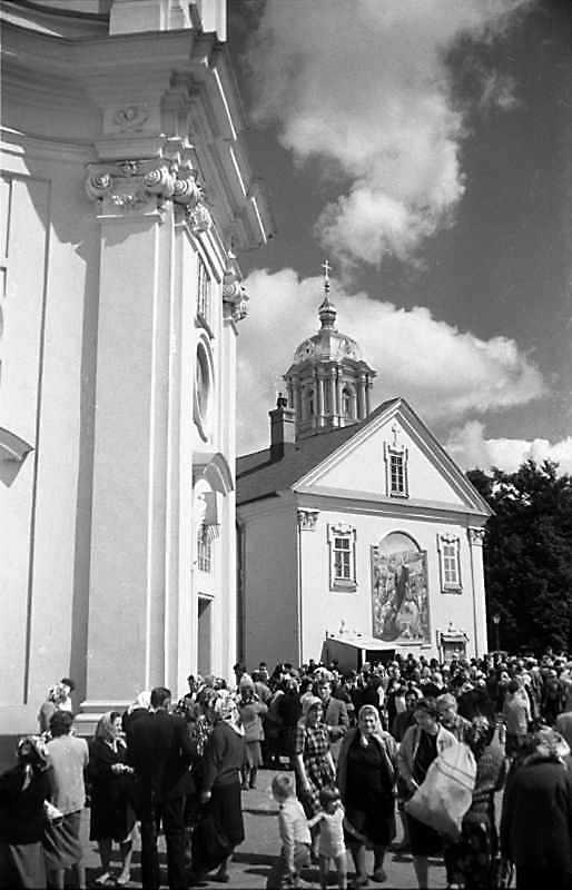 1988 р. Фрагмент східної башти костелу і південно-східна частина корпусу келій. Вигляд з…