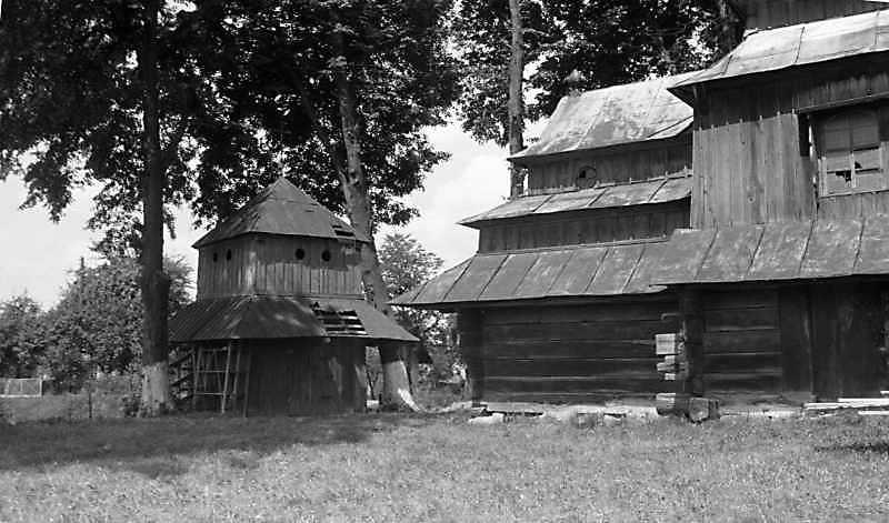 1989 р. Дзвіниця і бабинець церкви.…