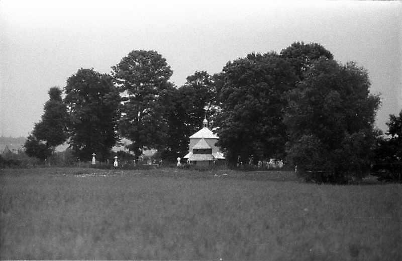 1989 р. Панорама цвинтаря і церкви