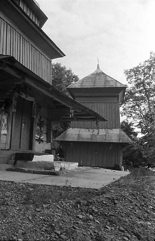 1989 р. Чільний фасад церкви і дзвіниця. Вигляд з півночі
