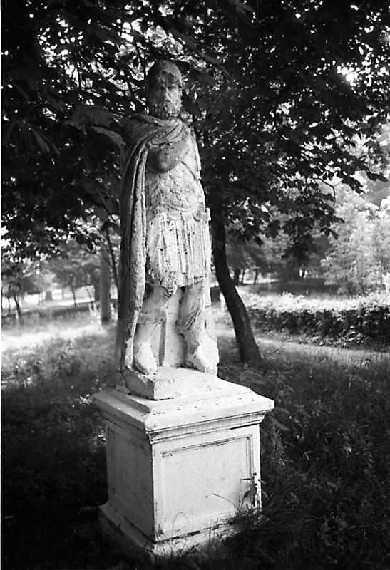 1989 р. Ціла фігура рицаря біля палацу