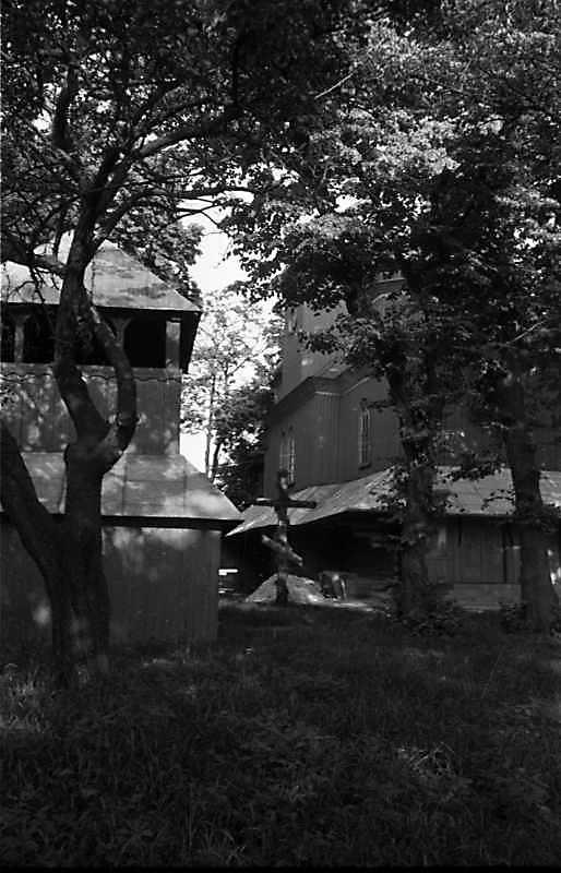 1989 р. Дзвіниця і церква. Вигляд із…