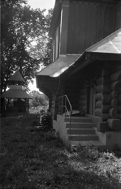 1989 р. Дзвіниця і південний фасад церкви. Вигляд зі сходу