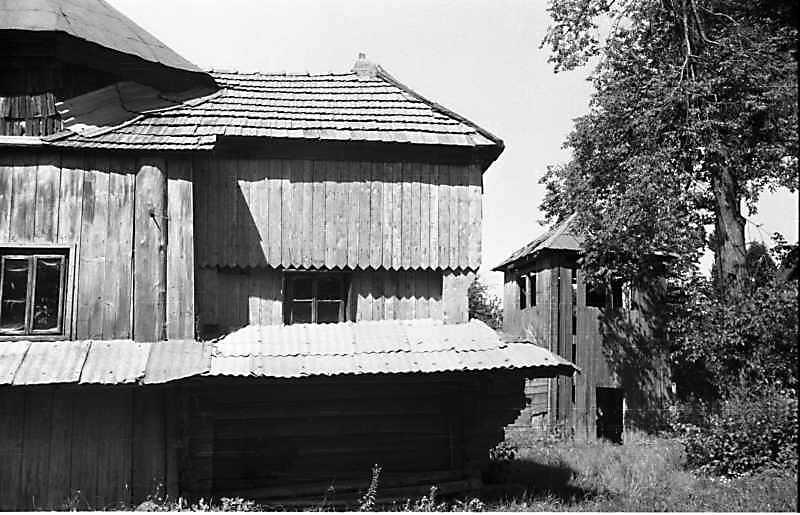 1989 р. Вівтар церкви і дзвіниця. Вигляд з півдня