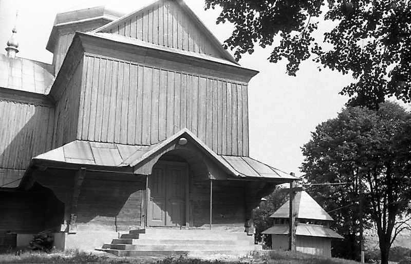 1989 р. Бабинець церкви і дзвіниця. Вигляд з північного заходу