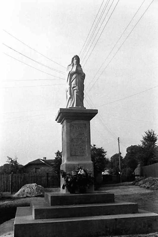 1989 р. Скульптура богородиці на площі…