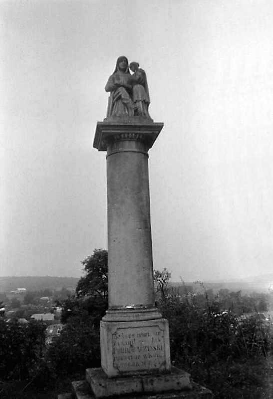 1989 р. Колона зі скульптурою…