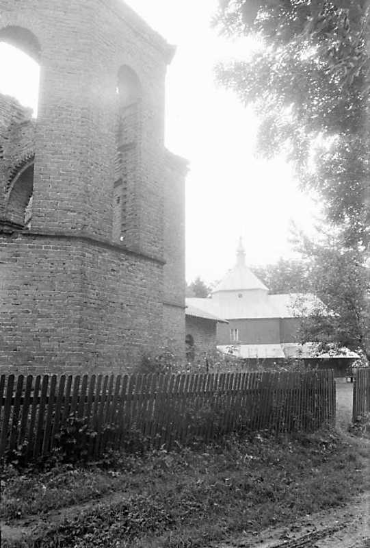 1989 р. Бічне рамено нової церкви і стара церква