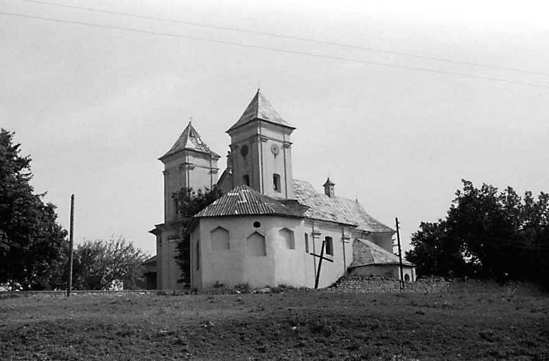 1989 р. Каплиця на тлі костелу
