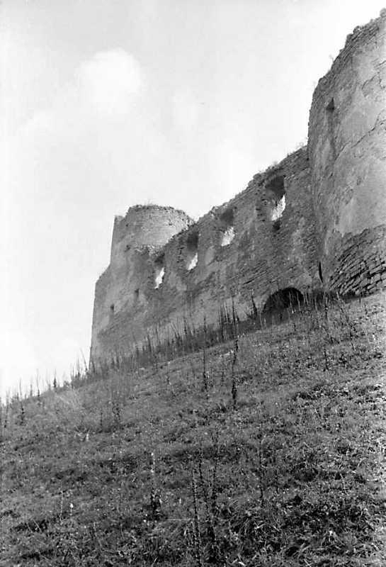 1989 р. Мур палацу між баштами 1 та…