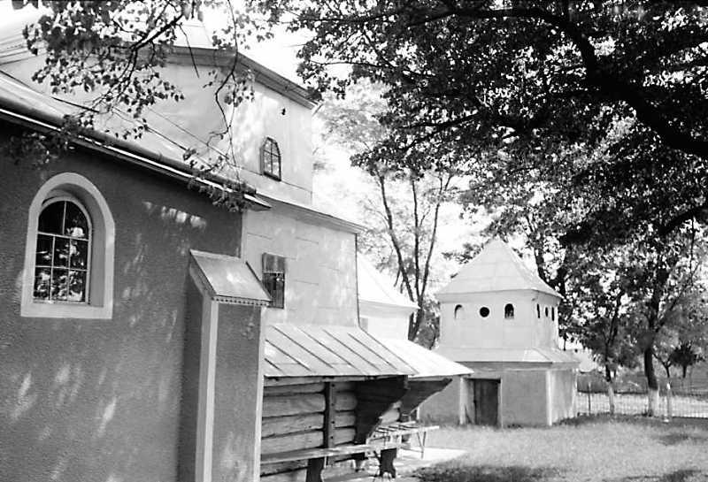 1989 р. Південний фасад церкви і…