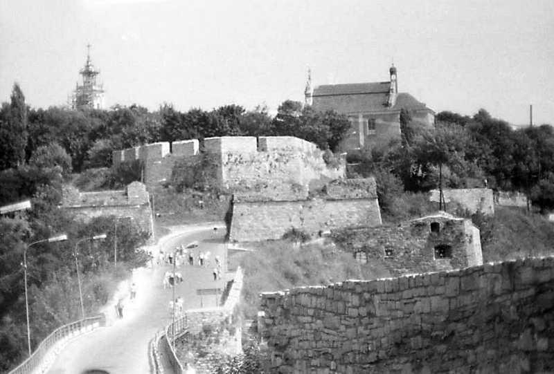 1989 р. Костел тринітарів, Вірменський бастіон, міська брама, Турецький міст. Вигляд із заходу