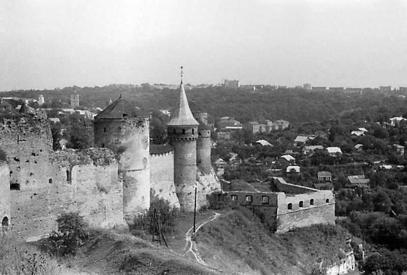 Південна стіна Старого замку та південний двір