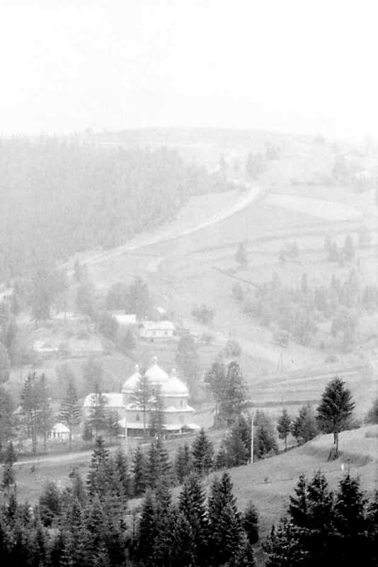 1990 р. Церква на тлі гори