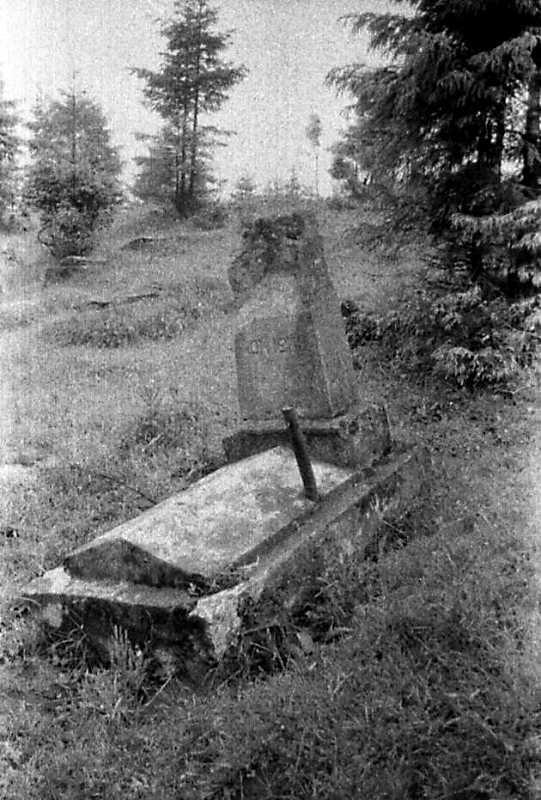 1990 р. Розбитий надгробок на єврейському цвинтарі