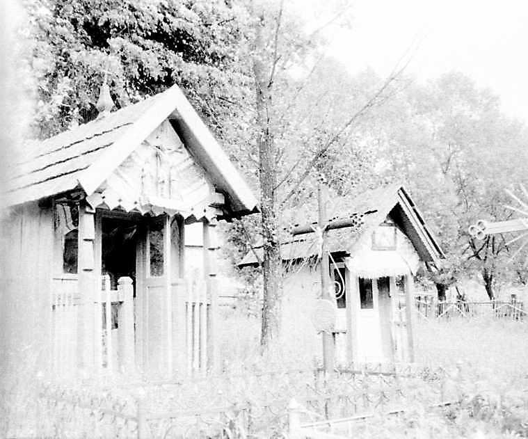 1990 р. Каплиці біля церкви. Вигляд з позиції А3