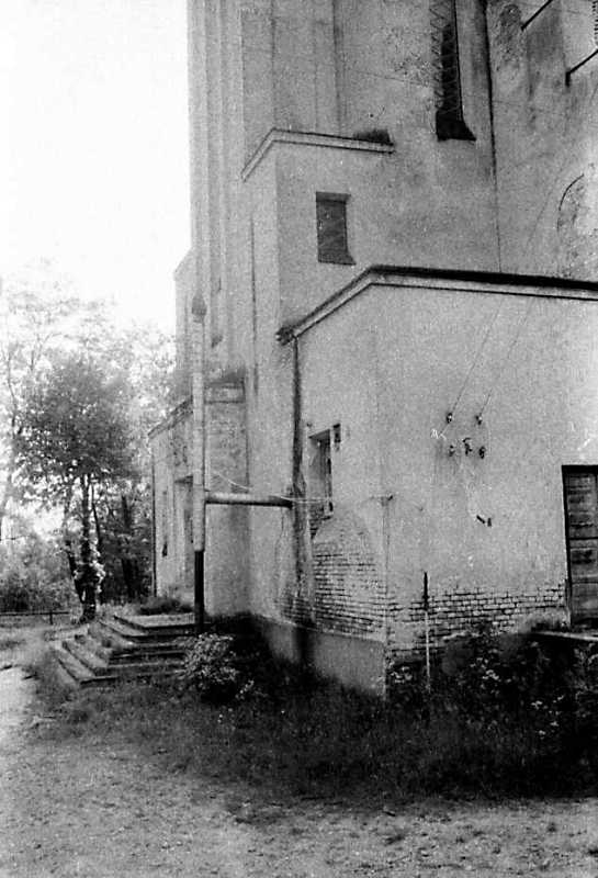 1990 р. Головний фасад у ракурсі.…
