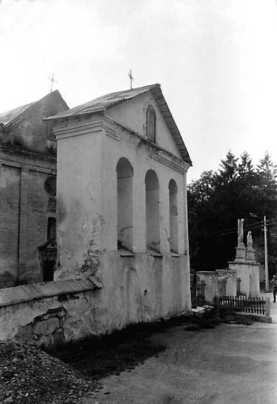1990 р. Фрагмент костелу, дзвіниця і брама. Вигляд з позиції А4