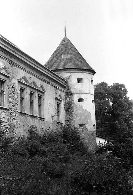1990 р. Фрагмент корпусу 1 і башта 1. Вигляд з боку поля
